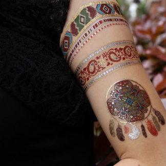 Tatouage ephemere mandala et bracelet rouge et collier bleu