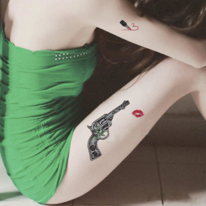 Tatouage ephemere revolver kiss old school